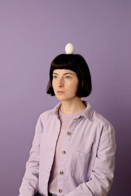 Meisje met ei op hoofd