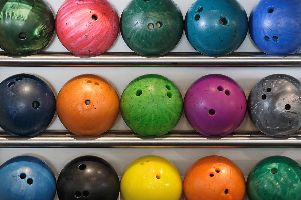 Kleurrijke bowlingballen