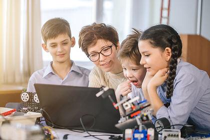 Nauczyciel i uczniowie w klasie naukowej