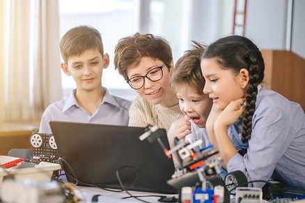 Insegnante e studenti in corso di scienz