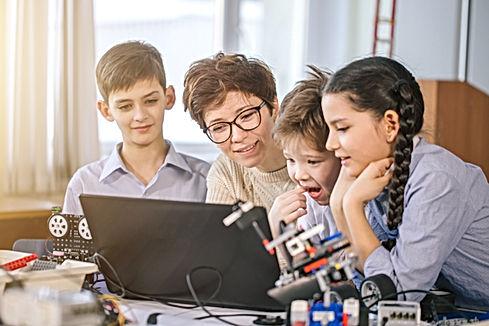 Enseignant et étudiants en cours de scie