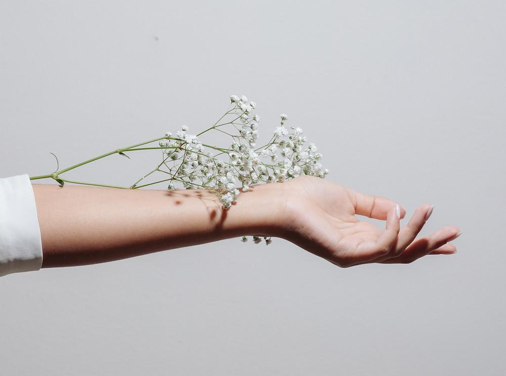 femme, gris, fleur, bras, main, les valeurs : Article COMMENT S'AFFIRMER? www.staelle.com