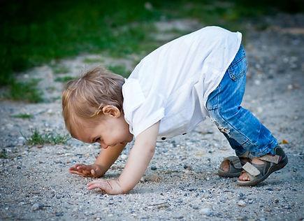Enfant posant les mains au sol