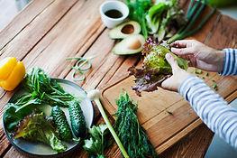 Vrouw maakt salade