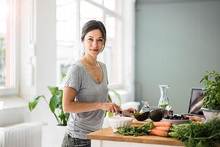 sieviete gatavo veselīgu ēdienu