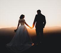 Braut und Bräutigam bei Sonnenuntergang