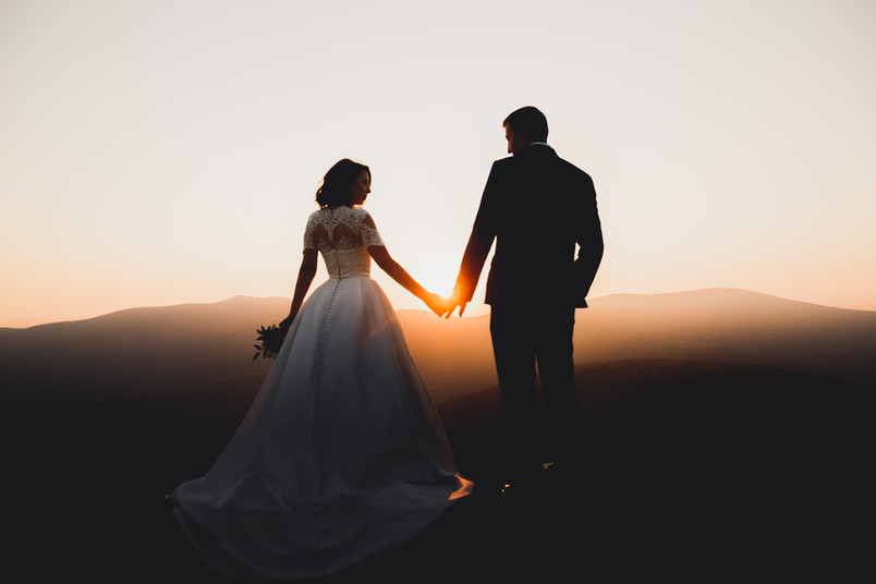 Sposa e sposo al tramonto