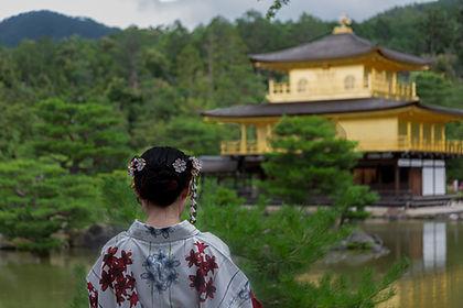 着物を着た女性と金閣寺