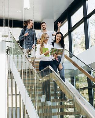 Estudiantes caminando escaleras abajo