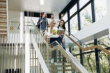 Merdivenlerden Aşağı Yürüyen Öğrenciler