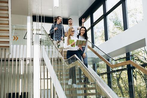 Studenten gehen die Treppe hinunter