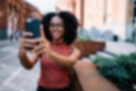Mulher tomando um selfie