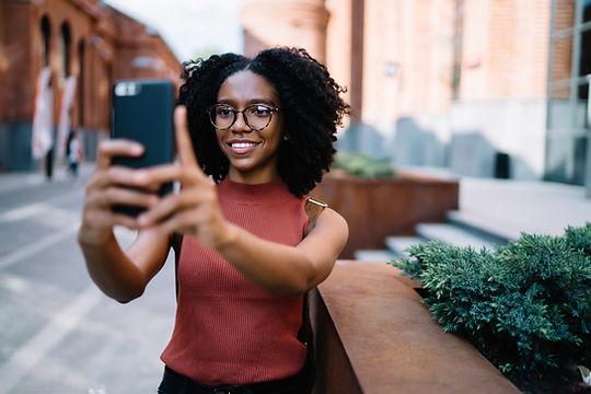 Femme prenant un selfie
