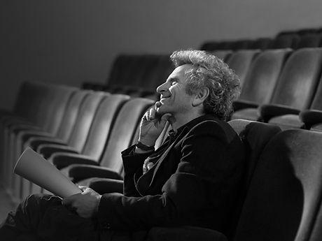 Человек в театре со сценарием