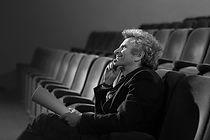 Homme au théâtre avec script