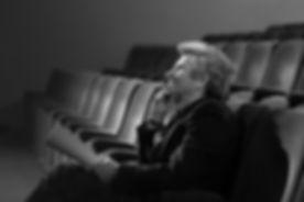 スクリプトを持つ劇場の男
