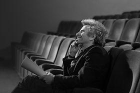 Mann im Theater mit Skript