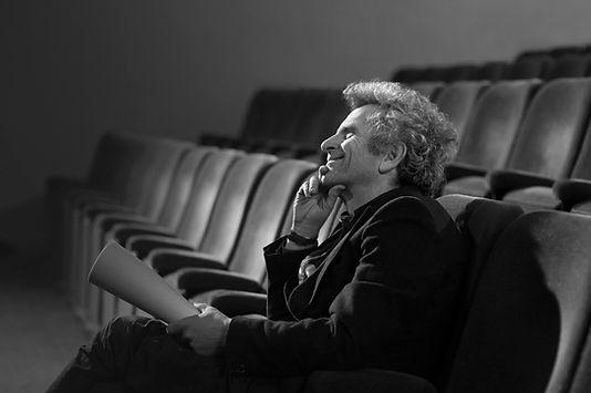 Homem no teatro com roteiro