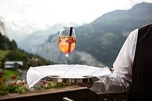 Un camarero sirviendo una bebida