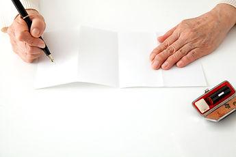 遺言状を書くシニア女性