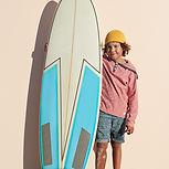 サーフボードを持つ少年