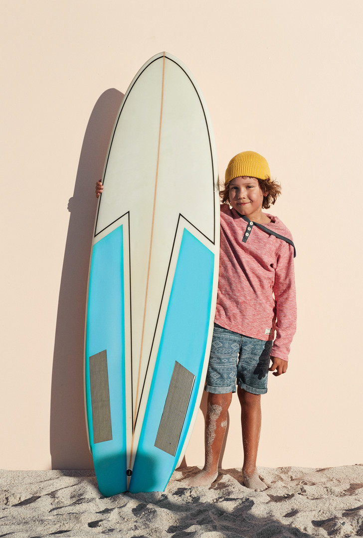 Garçon avec planche de surf