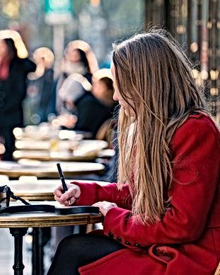 Sentado en un café