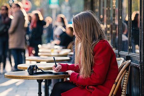 Assise dans un café
