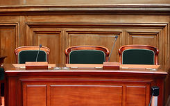 Sedie in tribunale