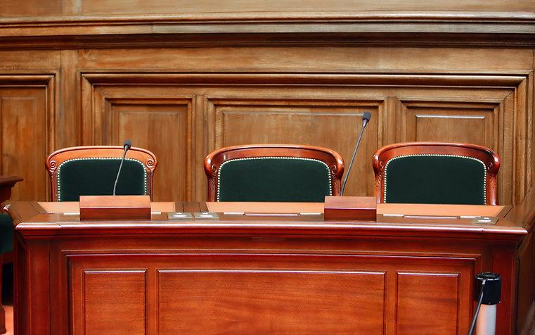 Gerichtssaal Stühle