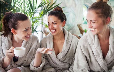 Dames in sauna