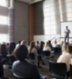 Profesor de conferencias en el escenario