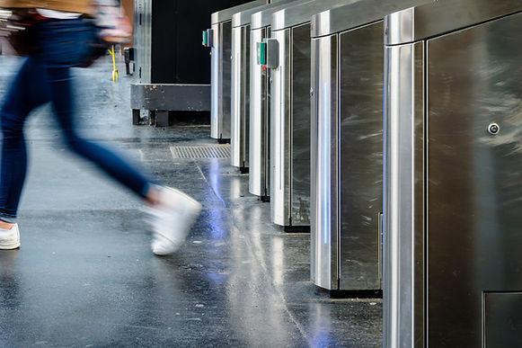 Portiques de sécurité, accès et contrôle agent d'accueil et hotesse filtrage entrées entreprise Paris