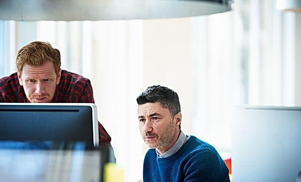 Twee collega's op kantoor