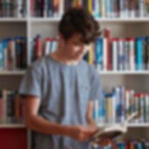 Junge in der Bibliothek