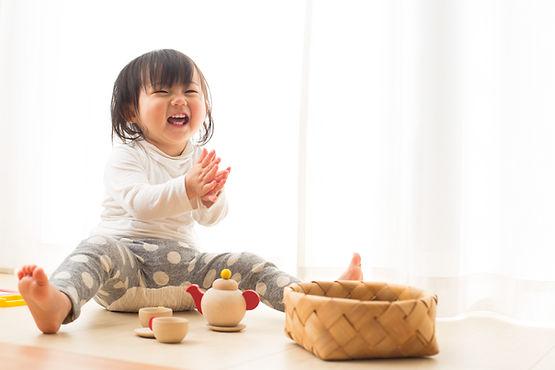 Criança com brinquedos de madeira