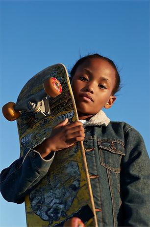 Fille avec skateboard