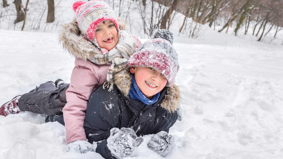 Frères et sœurs dans la neige