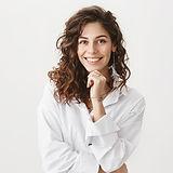 Femme en blouse blanche