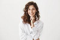 Frau in weißer Bluse