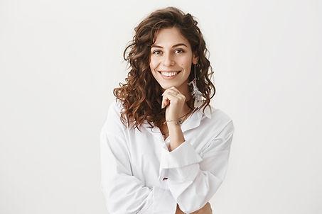 Mulher de blusa branca
