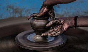 Tourner la roue de poterie