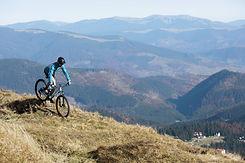 Biker geht bergauf