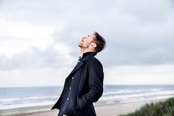 Man in zeewind