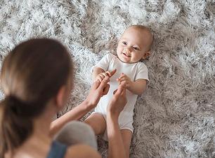 Madre jugando con bebe