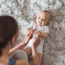 Mère jouant avec bébé