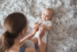 אמא מטפלת בתינוק