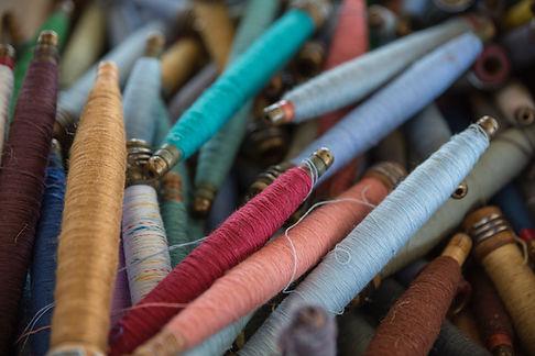 Carretes de hilo de colores