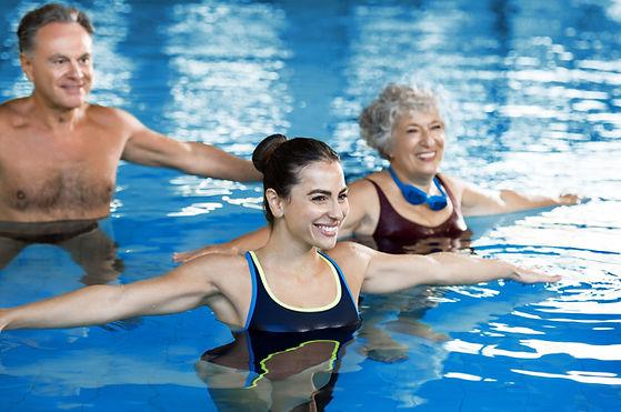 Classe di aerobica in piscina