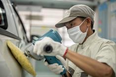 車磨きをする作業員